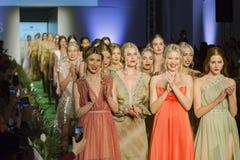 Modellen aan het eind van Modeshow royalty-vrije stock afbeelding
