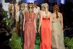 Modellen aan het eind van Modeshow stock afbeeldingen