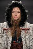 Modellen Annika Krijt går landningsbanan på den Anna Sui modeshowen under MBFW-nedgången 2015 Royaltyfria Bilder