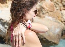 Modellen annonserar grekiska smycken på stranden arkivbilder