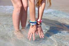 Modellen annonserar grekiska smycken på stranden royaltyfria bilder