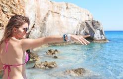 Modellen annonserar grekiska smycken på stranden royaltyfri foto