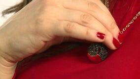 Modellen annonserar smycken 2 stock video
