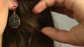 Modellen annonserar smycken 3 stock video
