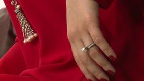 Modellen annonserar smycken 8 arkivfilmer
