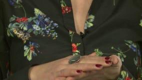 Modellen annonserar smycken 18 lager videofilmer