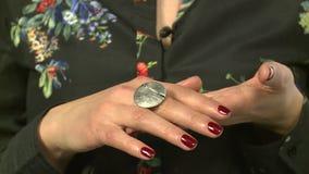Modellen annonserar smycken 24 lager videofilmer