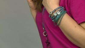 Modellen annonserar smycken 25 stock video