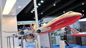 Modellen av den Boeing 787-8 jumbon - spruta ut på skärm på Singapore Airshow 2012 Arkivfoton