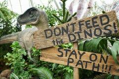 Modellen av dinosaurien i drivhus arkivfoton