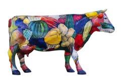 Modellen av en ko smyckas av grönsaker och frukt Royaltyfri Bild