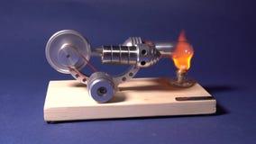 Modellen av en motor som fungerar på basen av termisk utvidgning Experiment med motormodellen stock video