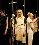 Modellen bij modeshow door Phoebe English stock fotografie