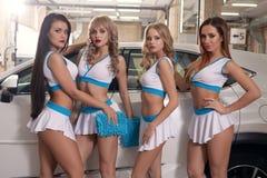 Modellen die auto wassen bij de carwahdienst Royalty-vrije Stock Afbeeldingen