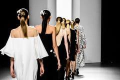 Modellen die de loopbrug verlaten tijdens modeshow royalty-vrije stock afbeeldingen