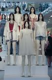Modellen die kleren in een opslag in Lissabon dragen stock fotografie
