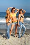 Modellen die op het strand stellen stock foto's