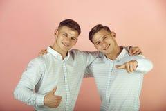 Modellen die op roze achtergrond glimlachen royalty-vrije stock foto's