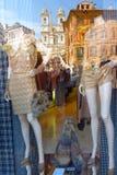 Modellen in een modieus winkelvenster Stock Fotografie
