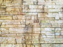 Modellen för Closeupyttersidategelsten på den gamla och smutsiga våta stentegelstenväggen texturerade bakgrund Arkivbilder