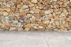 Modellen för Closeupyttersidategelsten på den gamla stentegelstenväggen och cementgolvet texturerade bakgrund Royaltyfri Fotografi