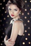 Modellen för flickan för brunetten för modeskönhet tänder den Glam över bokeh backgr Royaltyfri Foto