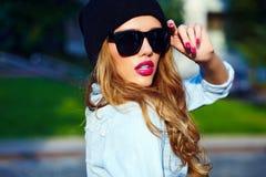 Modellen för flickan för kvinnan för glamourlivsstilen kortsluter den blonda i tillfällig jeans torkduken Fotografering för Bildbyråer