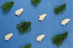 Modellen för julbegreppsbakgrund med sörjer trädet Royaltyfria Bilder