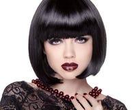 Modellen för modebrunettflickan med svart guppar frisyren ladyen spela vamp royaltyfria bilder