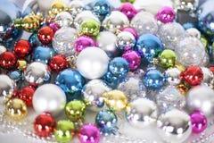 Modellen f?r jul och f?r det nya ?ret, smyckar av ljust m?ng--f?rgat dekorativt bollar f?r exponeringsglas och glitter, ljus och  fotografering för bildbyråer
