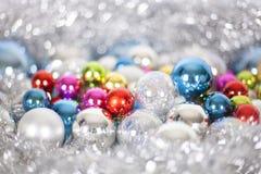 Modellen f?r jul och f?r det nya ?ret, smyckar av ljust m?ng--f?rgat dekorativt bollar f?r exponeringsglas och glitter, ljus och  royaltyfri bild