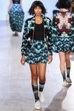 Modellen går den Alexandra Frida landningsbanan på våren 2016 för FTL Moda Royaltyfria Bilder