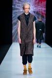 Modellen går landningsbanan för catwalk för ARTEM SHUMOV på Nedgång-vintern 2017-2018 på Mercedes-Benz Fashion Week Russia Mode f Arkivbild