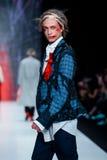 Modellen går landningsbanan för catwalk för ARTEM SHUMOV på Nedgång-vintern 2017-2018 på Mercedes-Benz Fashion Week Russia Mode f Arkivfoto