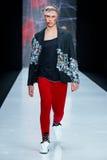Modellen går landningsbanan för catwalk för ARTEM SHUMOV på Nedgång-vintern 2017-2018 på Mercedes-Benz Fashion Week Russia Mode f Fotografering för Bildbyråer