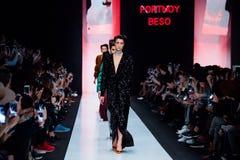 Modellen går landningsbanan för catwalk för PORTNOY BESO på Nedgång-vintern 2017-2018 på Mercedes-Benz Fashion Week Russia Arkivfoton