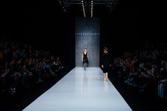 Modellen går landningsbanan för catwalk för TAKO MEKVABIDZE på Nedgång-vintern 2017-2018 på Mercedes-Benz Fashion Week Russia Arkivbilder