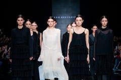 Modellen går landningsbanan för catwalk för TAKO MEKVABIDZE på Nedgång-vintern 2017-2018 på Mercedes-Benz Fashion Week Russia Royaltyfri Fotografi