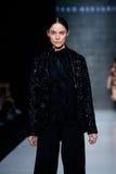 Modellen går landningsbanan för catwalk för TAKO MEKVABIDZE på Nedgång-vintern 2017-2018 på Mercedes-Benz Fashion Week Russia Arkivbild