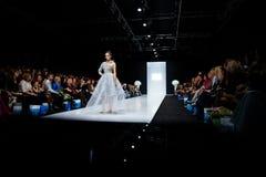 Modellen går landningsbanan för catwalk för SVETLANA EVSTIGNEEVA och BERETKAH-på veckan för mode för densommar 2017-2018 säsongMo royaltyfri bild