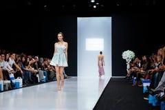 Modellen går landningsbanan för catwalk för SVETLANA EVSTIGNEEVA och BERETKAH-på veckan för mode för densommar 2017-2018 säsongMo arkivfoton
