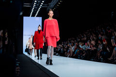 Modellen går landningsbanan för CHAPURIN för FINLÄNDARESIGNALLJUScatwalk på Nedgång-vintern 2017-2018 på Mercedes-Benz Fashion We royaltyfri foto