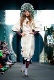 Modellen går landningsbanan för den IGOR GULYAEV catwalken på Nedgång-vintern 2017-2018 på Mercedes-Benz Fashion Week Russia Arkivfoton