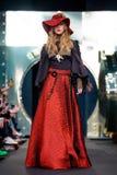 Modellen går landningsbanan för den IGOR GULYAEV catwalken på Nedgång-vintern 2017-2018 på Mercedes-Benz Fashion Week Russia Royaltyfri Bild