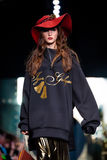 Modellen går landningsbanan för den IGOR GULYAEV catwalken på Nedgång-vintern 2017-2018 på Mercedes-Benz Fashion Week Russia Arkivbilder