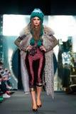 Modellen går landningsbanan för den IGOR GULYAEV catwalken på Nedgång-vintern 2017-2018 på Mercedes-Benz Fashion Week Russia Fotografering för Bildbyråer