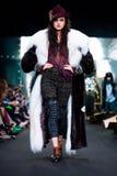 Modellen går landningsbanan för den IGOR GULYAEV catwalken på Nedgång-vintern 2017-2018 på Mercedes-Benz Fashion Week Russia Arkivfoto