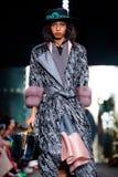 Modellen går landningsbanan för den IGOR GULYAEV catwalken på Nedgång-vintern 2017-2018 på Mercedes-Benz Fashion Week Russia Royaltyfri Fotografi