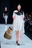 Modellen går landningsbanan för IVKA-catwalk på Nedgång-vintern 2017-2018 på Mercedes-Benz Fashion Week Russia royaltyfria foton
