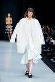 Modellen går landningsbanan för IVKA-catwalk på Nedgång-vintern 2017-2018 på Mercedes-Benz Fashion Week Russia Arkivfoto